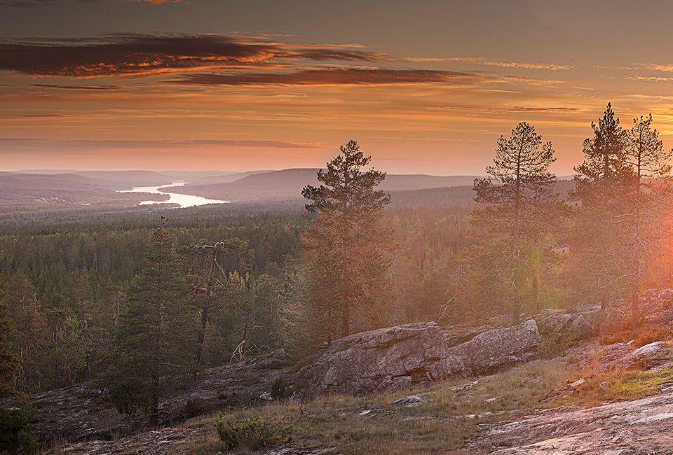Maisemakuva auringonlaskusta tunturin päältä